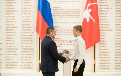 Андрей Бочаров вручил паспорт гражданина Российской Федерации отличившимся школьникам